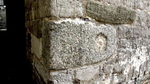 Fig. D: Una delle pietre forse originariamente utilizzate come sostegni di un maglio idraulico