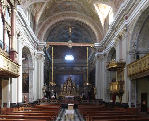 Fig. I: Interno dell'attuale chiesa di S. Lorenzo, edificata all'inizio del 1600 e decorata in stile Barocco (la sua Consacrazione risale al 13 giugno 1613)