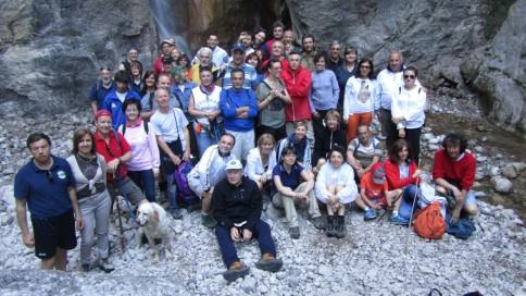 Foto di gruppo ai piedi della cascata
